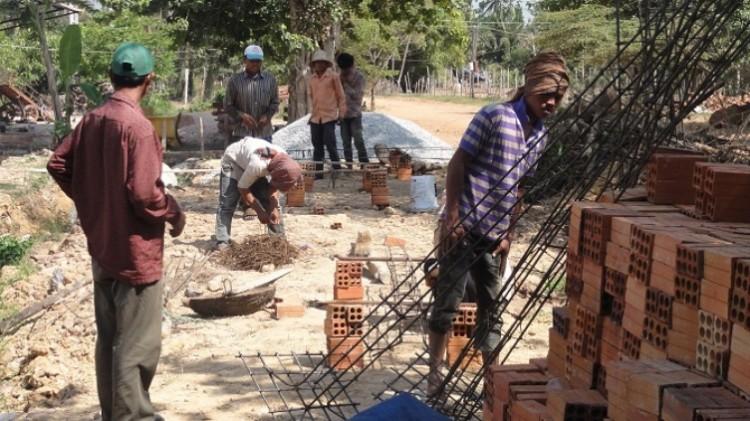Ausschalungsarbeiten   Eisen und Arbeiter