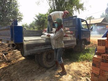 Arbeiter lagern Zement