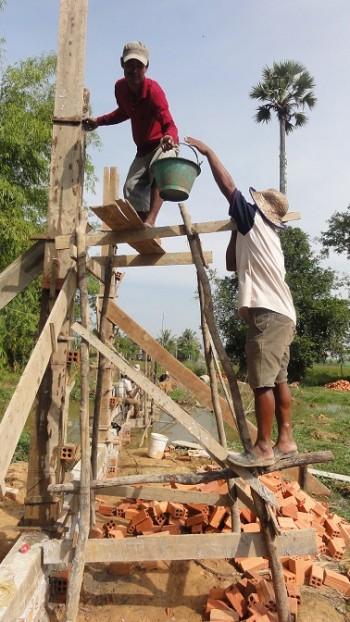 Arbeiter helfen zusammen