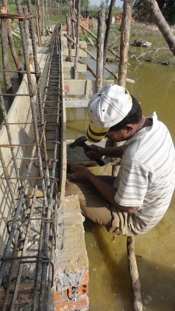 Arbeiter verlegt Eisen für die Rückseite
