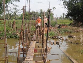 Arbeiter bauen Gerüst für den Rückteil der Mauer