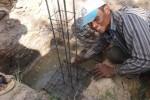 Ausschalungsarbeiten | Arbeiter beim Betonieren
