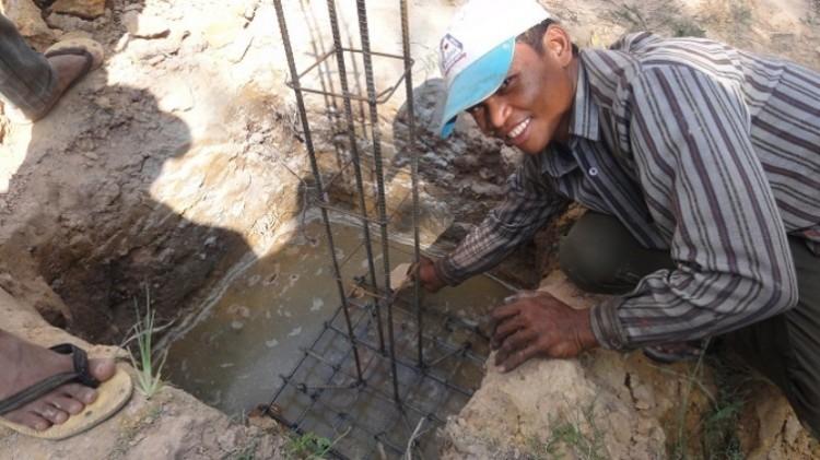 Ausschalungsarbeiten   Arbeiter beim Betonieren