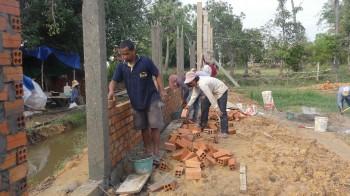 Die Arbeiter werken an der Eingangsseite der Mauer