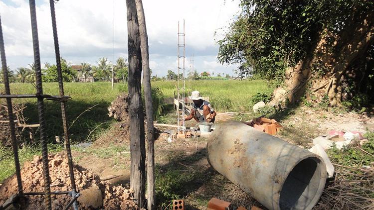 Arbeiter bei Vorbereitungen für den Gerüstbau