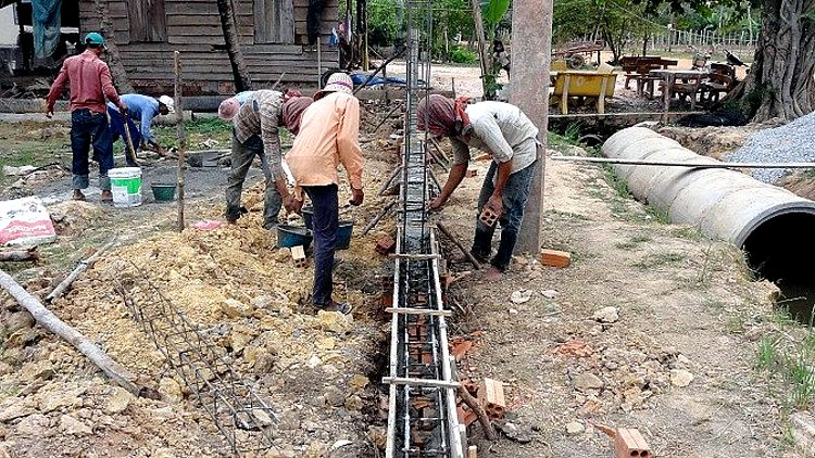 Arbeiter beim Betonieren