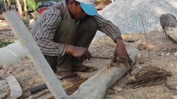 Arbeiter schneidet Eisen