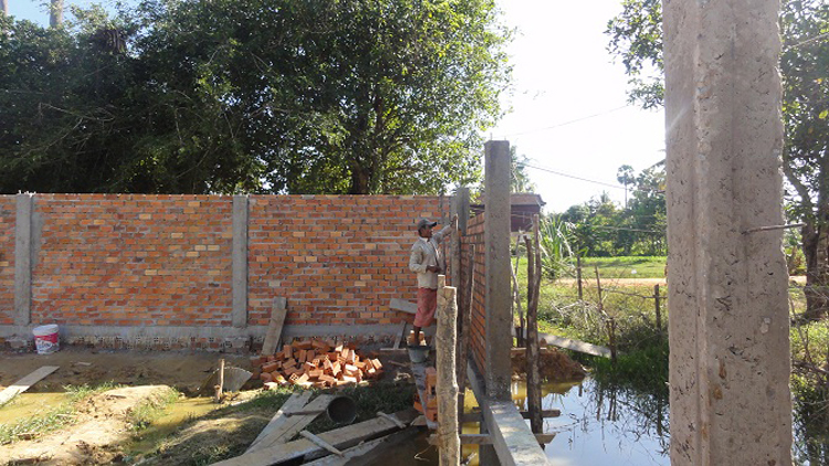 Abschluss der Baus der Mauer auf der Vorderseite