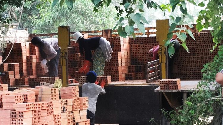 Die Mauer wird gebaut | Lieferung der Ziegel