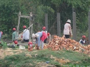 Vorbereitung der Arbeiter für das Mauern der Ziegel