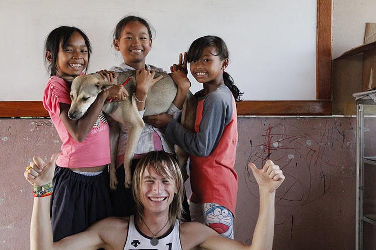 Markus Stiefelbau mit Waisenkindern