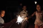 Kinder mit Kerzen | Frohe Weihnachten