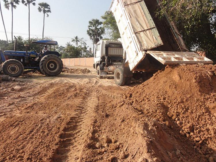 LKW liefert Material zum Planieren