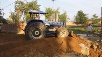 Traktor bearbeitet das Erdreich