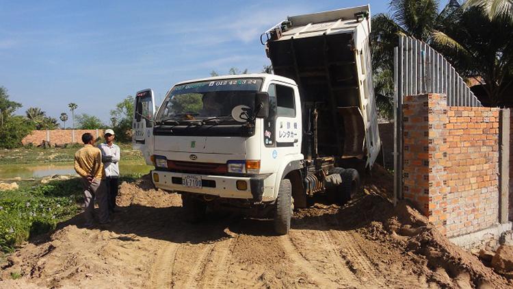 LKW bei der Einfahrt unseres Grundstücks