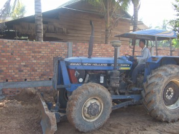 Johannes: Traktorfahrer bewegt Erdmaterial