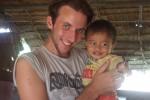 Johannes mit einem Waisenkind