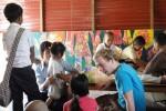 Philipp unterhält sich mit Waisenkindern