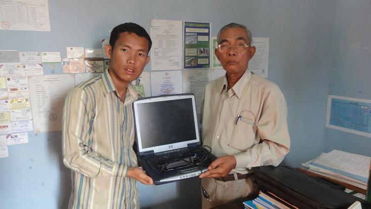 Savong übergibt Laptop an Bürgermeister