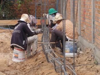 Arbeiter bereiten Eisenkränze vor