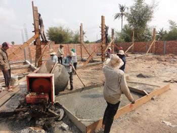 Arbeiten mischen Beton an