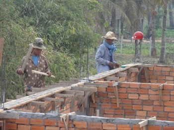 Arbeiter sind mit den Ausschalungsarbeiten beschäftigt