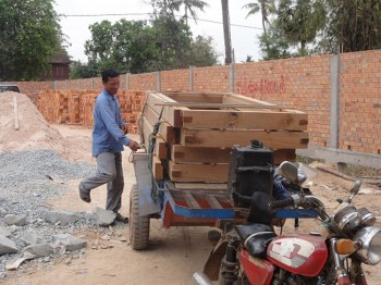 Ein Arbeiter bringt mehr Holz