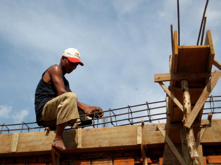 Ein Arbeiter verlegt Eisenstangen