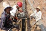 Arbeiter betonieren das Fundament