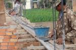 Arbeiter befestigen die Bretter