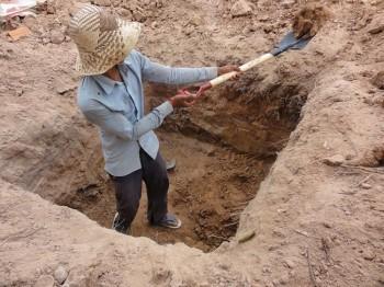 Arbeiter gräbt ein Loch auf unserem Grundstück