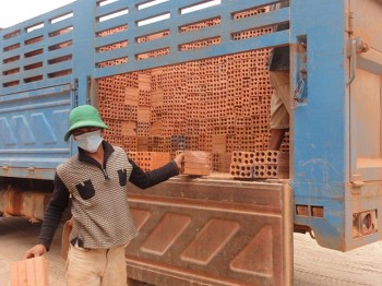 Arbeiter schlichtet die Ziegel auf unser Grundstück