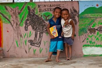 Zwei Waisenkinder vor dem Klassenraum