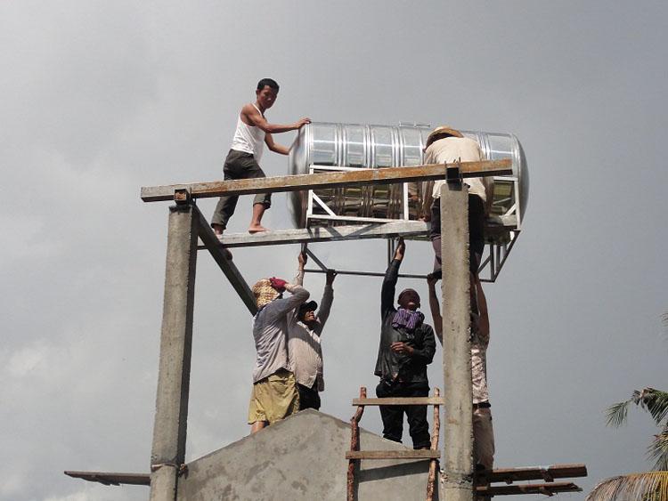 Der Wassertank wird montiert