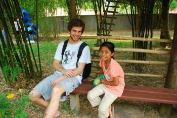 Dominik mit einem Waisenkind