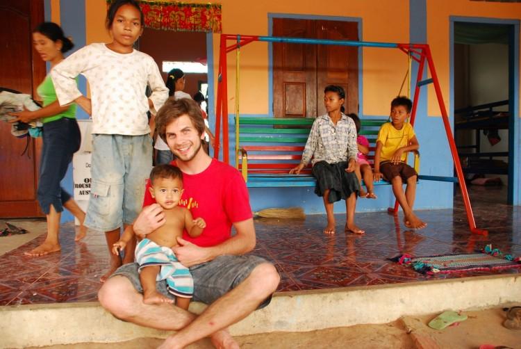 Dominik mit den Waisenkindern im Savong Orphan Centre