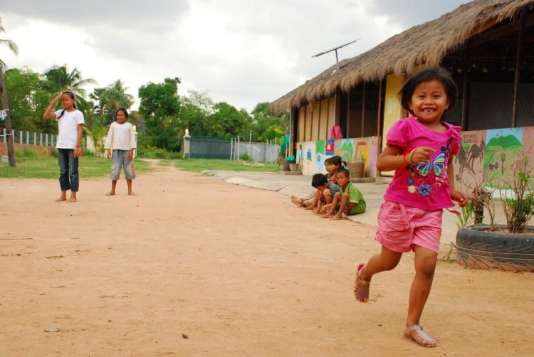 Fröhliches Waisenkind im Savong Orphan Centre