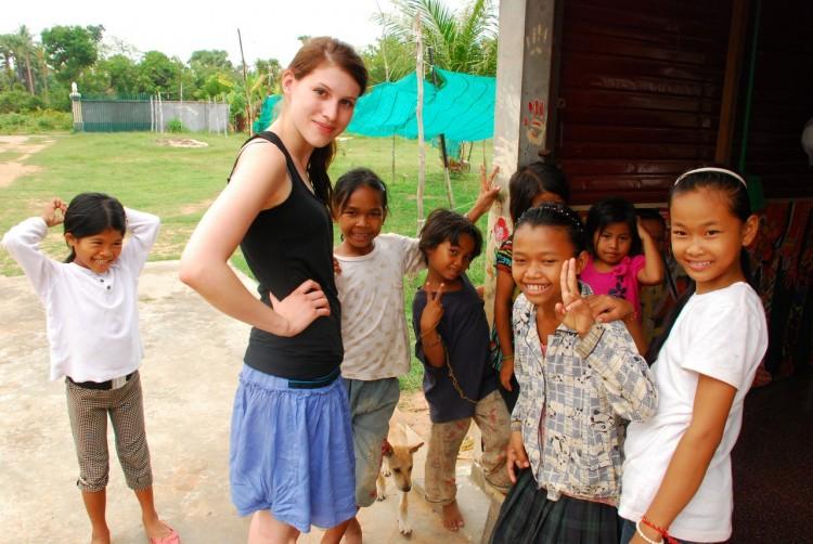 Birgit mit Waisenkindern im Savong Orphan Centre