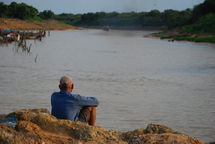 Ein alter Mann am Fluss