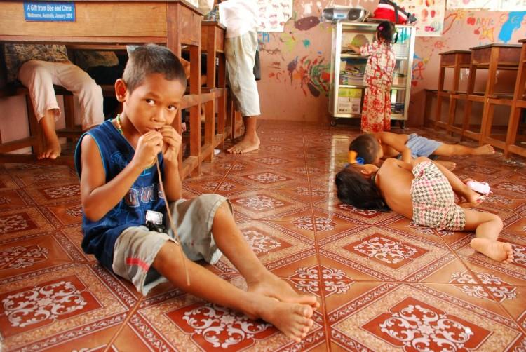 Waisenkinder im Klassenraum des Savong Orphan Centre