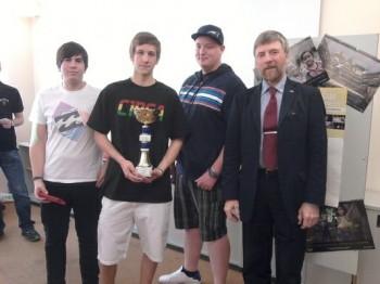 Direktor Wiedlak mit den Gewinnern