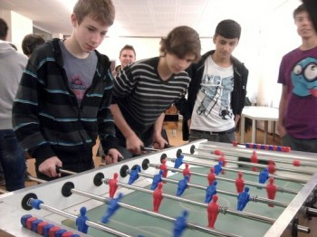 Schüler beim Benefiz-Wuzlturnier der HTL St. Pölten