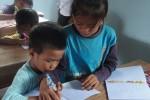 Zwei Kinder im Unterricht