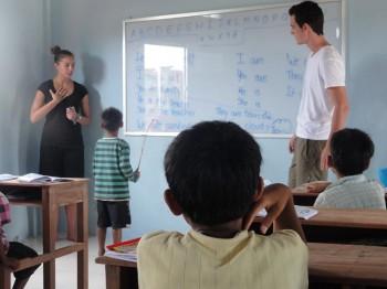 Zwei Volontäre unterrichten die Kinder