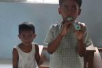 Eines der Kinder beim Flötespielen