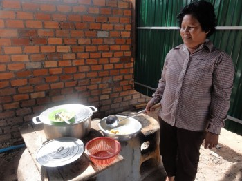 Savongs Mutter beim Zubereiten des Mittagessens