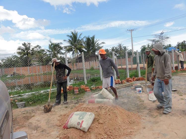 Arbeiter erstellen den Zaun