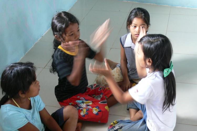 Die Kinder spielen im Klassenraum