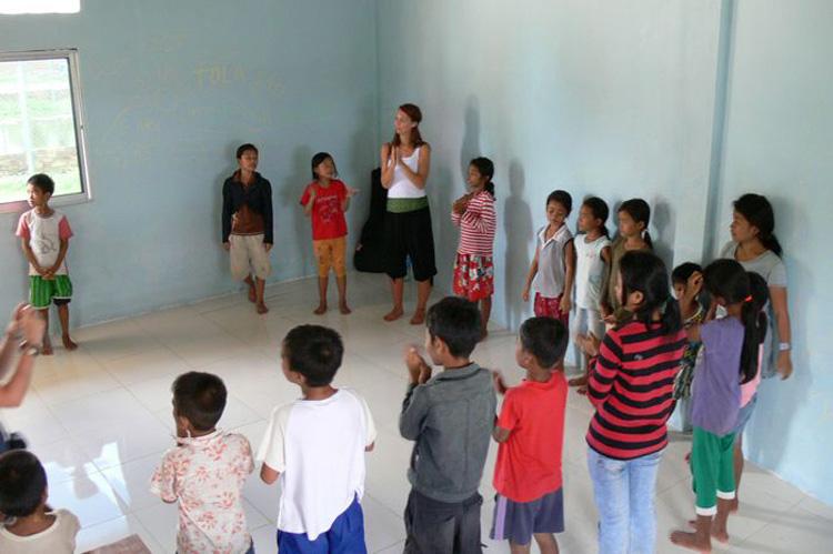 Kinder bilden einen Tanzkreis