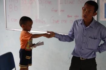 Savong unterrichtet die Kinder